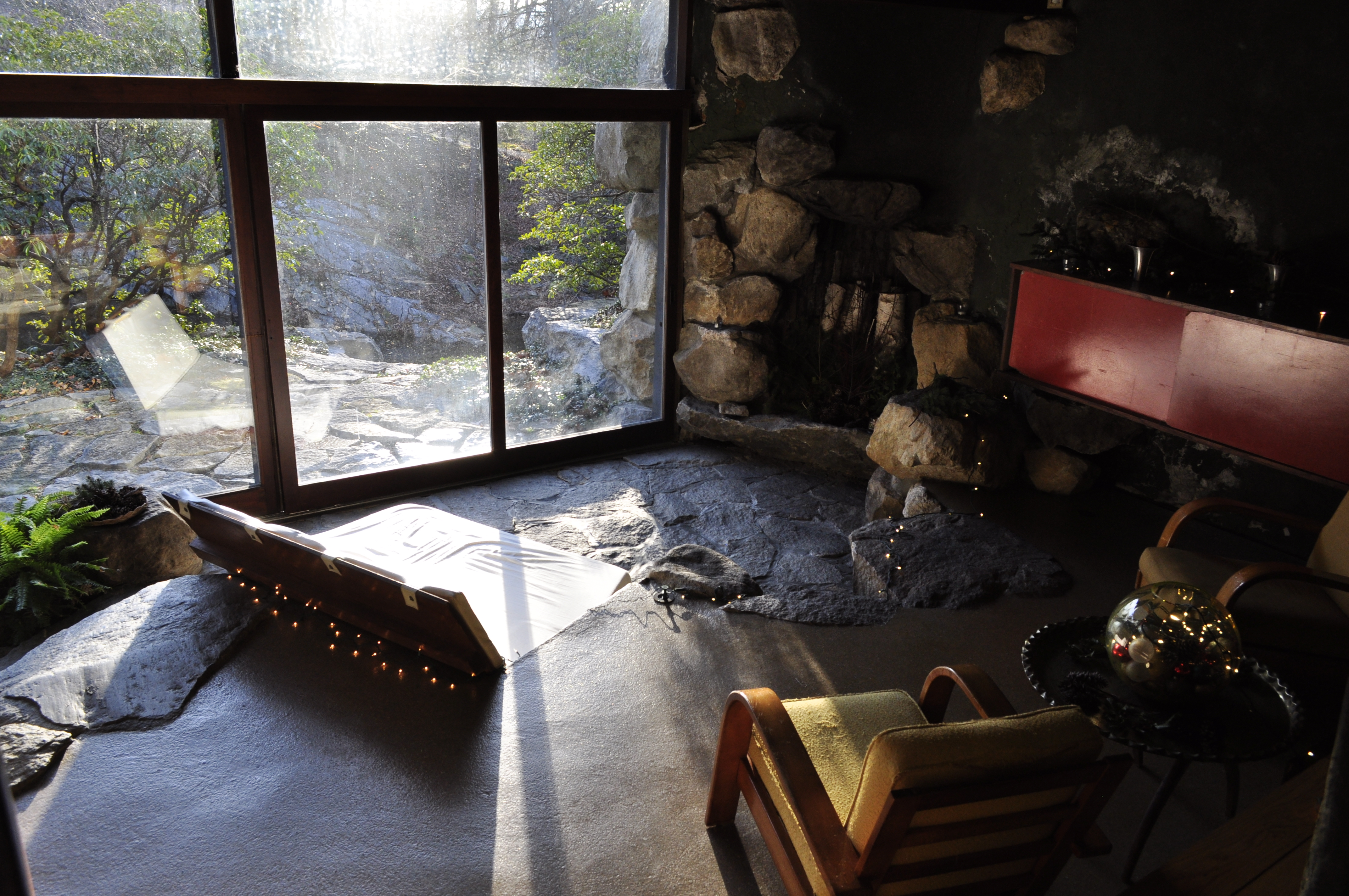 The sitting area with boulders inset into the walls.